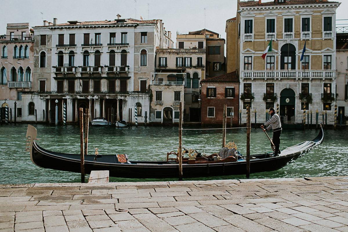 wedding photographer venice taking photographs of the stunning city